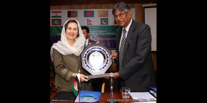 Ms. Rula Ghani, first lady of Afghanistan, receiving a memento from Prof. Talat Ahmad, vice-chancellor, Jamia Millia Islamia, at FET Auditorium, JMI; Wednesday, April 15, 2015 (Photo courtesy JMI / Jamia Journal)